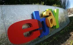 <p>Foto de archivo del logo de eBay en su casa matriz de San Jose, EEUU, feb 2 2010. EBay y su unidad de pagos en internet PayPal Inc presentaron el jueves una demanda contra Google Inc y dos ejecutivos por apropiarse de secretos comerciales relacionados a los sistemas de pagos con teléfonos móviles. REUTERS/Robert Galbraith</p>