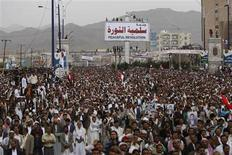 <p>Anti-government protesters shout slogans during a rally to demand the ouster of Yemen's President Ali Abdullah Saleh in Sanaa May 27, 2011. REUTERS/Ammar Awad</p>