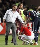 """<p>Тренер """"Монако"""" Лоран Баниде (слева) успокаивает своего игрока после матча, проигранного """"Лиону"""", в Монако 29 мая 2011 года. """"Монако"""" не сумел сохранить место в элите французского футбола, проиграв в последнем туре """"Лиону"""" со счетом 0-2. REUTERS/Robert Pratta</p>"""