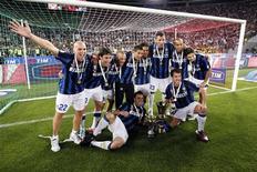 """<p>Игроки """"Интера"""" позируют с Кубком Италии после финального матча против Палермо в Риме 29 мая 2011 года. """"Интер"""" завершил в воскресенье не самый удачный для себя сезон победой в Кубке Италии. REUTERS/Giampiero Sposito</p>"""