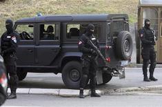 <p>Сербские военные стоят у здания суда в Белграде, 31 мая 2011 года. Обвиняемый в военных преступлениях генерал боснийских сербов Ратко Младич может быть выслан в Гаагу, где он предстанет перед Международным трибуналом по бывшей Югославии, в течение 24 часов, сообщили сербские власти во вторник. REUTERS/Stringer</p>