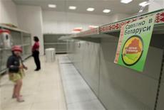 <p>Покупатели стоят перед пустыми полками в магазине в Минске, 20 мая 2011 года. Правительство Белоруссии, переживающей тяжелый финансовый кризис, вернуло государственное регулирование цен на ряд продуктов, после того как на прошлой неделе президент потребовал пресекать любой рост цен. REUTERS/Vasily Fedosenko</p>