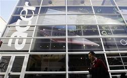 <p>Мужчина проходит мимо офиса Acer в Барселоне 18 февраля 2010 года. Второй по величине мировой производитель компьютеров Acer Inc начнет продажи ультра-легкого, но мощного компьютера новой модели в четвертом квартале, сообщил президент фирмы в среду. REUTERS/Albert Gea</p>