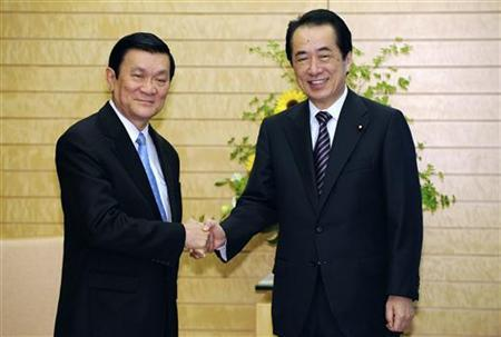Japan's Prime Minister Naoto Kan (R) shakes hands with Truong Tan Sang, permanent member of the secretariat of the Vietnamese Communist Party's Central Committee, in Tokyo June 2, 2011. REUTERS/Franck Robichon/Pool