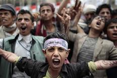 <p>محجتجون مناهضون للرئيس اليمني علي عبد الله صالح في صنعاء يوم الخميس. تصوير: عمار عواد - رويترز</p>