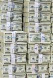<p>Пачки банкнот номиналом $100 в офисе Korea Exchange Bank в Сеуле 12 ноября 2010 года. Контролируемый Россией антикризисный фонд ЕврАзЭС пообещал выделить переживающей самый тяжелый за последние десять лет финансовый кризис Белоруссии в течение ближайших трех лет кредиты на $3 миллиарда, сообщил на брифинге в Киеве министр финансов России Алексей Кудрин. REUTERS/Truth Leem</p>