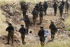 <p>Израильские солдаты патрулируют израильско-сирийскую границу 6 июня 2011 года. Израильские войска открыли в воскресенье огонь по палестинским демонстрантам, штурмовавшим пограничное ограждение со стороны сирийской территории. По данным сирийского телевидения, в результате отражения штурма, который Израиль назвал угрозой своему суверенитету, погибли 18 человек. REUTERS/Nir Elias</p>