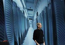 <p>Steve Jobs, directeur général d'Apple, a fait une rare apparition lundi pour présenter l'iCloud, le nouveau service de stockage en ligne du groupe d'électronique et d'informatique, permettant aux détenteurs de terminaux mobiles Apple d'avoir accès à leur bibliothèque musicale. /Photo prise le 6 juin 2011/REUTERS/Beck Diefenbach</p>