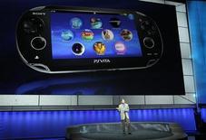 <p>La PlayStation Vita, la nouvelle console portable de Sony, sera vendue 249 ou 299 dollars, selon sa version, un prix jugé trop élevé par les observateurs. /Photo prise le 6 juin 2011/REUTERS/Mario Anzuoni</p>