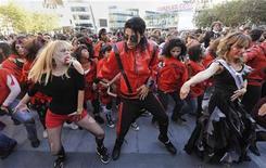 """<p>Фанаты Майкла Джексона исполняют танец из клипа """"Thriller"""" в Лос-Анджелесе 24 октября 2009 года. Куртка Майкла Джексона из знаменитого видео """"Thriller"""" выставлена на продажу. REUTERS/Phil McCarten</p>"""