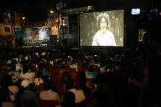 <p>Venezolanos miran el martes el estreno del documental sobre el director de orquesta Gustavo Dudamel en Caracas. Jun 7, 2011. REUTERS/Edwin Montilva</p>