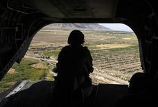 <p>Солдат канадской армии пролетает над южной провинцией Афганистана, 8 июня 2011 года. Казахстан взял тайм-аут в одобрении закона, который позволит ему отправить в Афганистан четырех штабных офицеров и стать первым государством в постсоветской Центральной Азии, участвующим в войне НАТО в Афганистане. REUTERS/Baz Ratner</p>