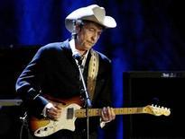 <p>Боб Дилан выступает в Лос-Анджелесе, 5 мая 2004 года. Подборка ранее не опубликованных черновиков текстов песен легендарного композитора Боба Дилана уйдет с молотка в этом месяце, сообщил Christie's. REUTERS/Rob Galbraith/Files</p>