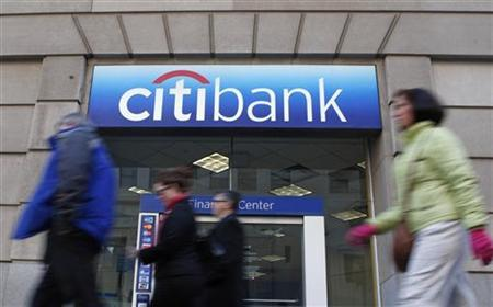 Pedestrians walk past a Citibank branch in Washington January 19, 2010. REUTERS/Jim Young