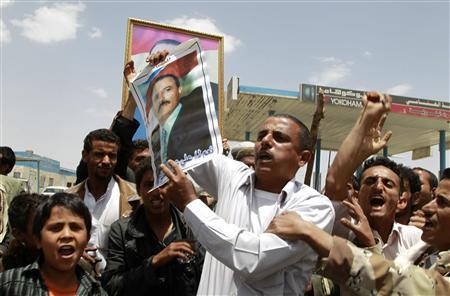 Supporters of Yemen's Ali Abdullah Saleh carry his portraits in Sanaa June 9, 2011. REUTERS/Khaled Abdullah
