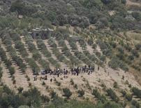 <p>Сирийцы ждут возможности пеерйти границу с Турцией 8 июня 2011 года. Вооруженные силы Сирии, охваченной выступлениями против президента Башара аль-Асада, начали военную операцию в мятежном городе Джиср-эш-Шугур у турецкой границы, сообщило государственное телевидение в пятницу. REUTERS/Anatolian/Ismihan Ozguven</p>