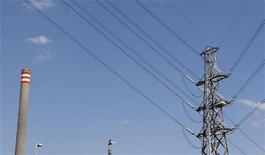 <p>Линии высоковольтных проводов в Мельбурне, 29 марта 2011 года. Белорусская делегация приедет в Москву в пятницу, чтобы попросить о рассрочке долга за электроэнергию, из-за которого Россия вдвое урезала поставки переживающей финансовый кризис Белоруссии, сообщил Рейтер источник в монопольном операторе российского экспорта ИнтерРАО. REUTERS/Mick Tsikas</p>