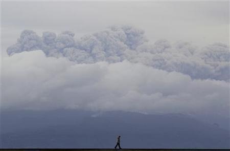 Smoke and ash rise from Puyehue-Cordon Caulle volcano, June 10, 2011. REUTERS/ Ivan Alvarado