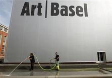 <p>Un grupo de obreros frente al edificio de la feria Art Basel en Basilea, jun 14 2011. Miles de millones de dólares en arte serán exhibidos esta semana en la feria de Basilea y luego en subastas en Londres, donde los expertos confían en que los compradores podrán hacerse con tesoros excepcionales. REUTERS/Arnd Wiegmann</p>