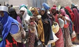 <p>Internally displaced Somali women queue before receiving relief food in Madina district, southern Mogadishu, March 28, 2011. REUTERS/Feisal Omar</p>