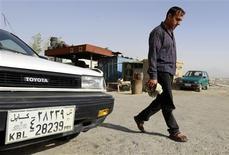 """<p>En Afghanistan, le secteur automobile, en pleine expansion, est frappé de plein fouet par """"la malédiction du 39"""", un chiffre devenu du jour au lendemain synonyme de souteneur et de honte dans ce pays musulman très conservateur. /Photo prise le 14 juin 2011/REUTERS/Omar Sobhani</p>"""