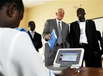 <p>Craig Barrett (C), chairman of Intel and the world's biggest computer chip maker, looks on as a student of Gwarinpa secondary school uses a laptop computer in Abuja, October 31, 2007. REUTERS/Afolabi Sotunde</p>
