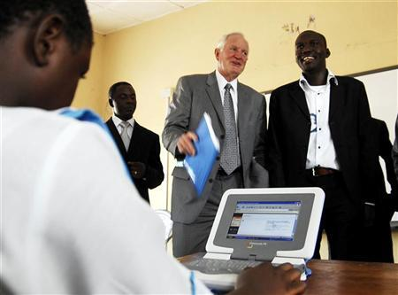 Craig Barrett (C), chairman of Intel and the world's biggest computer chip maker, looks on as a student of Gwarinpa secondary school uses a laptop computer in Abuja, October 31, 2007. REUTERS/Afolabi Sotunde