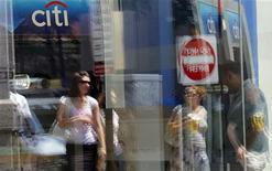 <p>L'attaque informatique qui a visé en mai la banque Citigroup a affecté plus de 360.000 clients, selon les dernières estimations annoncées mercredi soir par la banque, soit deux fois plus que l'évaluation initiale. /Photo d'archives/REUTERS/Brian Snyder</p>