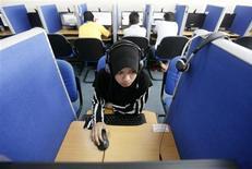<p>Dans un cybercafé à Putrajaya, dans l'ouest de la Malaisie. Un piratage informatique de grande ampleur a visé 91 sites internet en Malaisie, dont 51 sites officiels du gouvernement dans le courant de la nuit dernière mais aucune donnée personnelle ou financière n'a été subtilisée. /Photo prise le 16 juin 2011/REUTERS/Bazuki Muhammad</p>