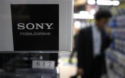 <p>Sony va doubler au cours de l'exercice sa production de films conducteurs anisotropes (ACP), un substrat conducteur utilisé dans les écrans tactiles pour smartphones et tablettes, rapporte le quotidien économique Nikkei. /Photo prise le 26 mai 2011/REUTERS/Toru Hanai</p>