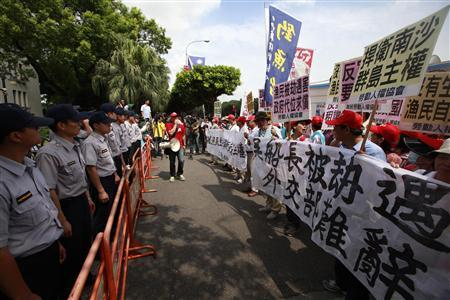 Activists gather during a protest outside the Taiwan foreign ministry building in Taipei June 17, 2011. REUTERS/Nicky Loh