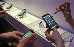 <p>Le marché mondial de la publicité sur téléphones mobiles va doubler cette année pour atteindre 3,3 milliards de dollars (2,3 milliards d'euros), selon le cabinet d'études Gartner. Le segment du mobile va représenter plus de 4% du total des dépenses publicitaires en 2015, contre 0,5% en 2010, grâce à l'augmentation du nombre d'utilisateurs de smartphones et de tablettes dans les prochaines années, toujours selon Gartner. /Photo d'archives/REUTERS/Luke MacGregor</p>
