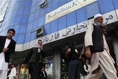 <p>Afghan people walk past a Kabulbank branch in Kabul September 14, 2010. REUTERS/Andrew Biraj</p>