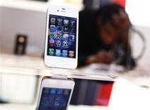 <p>Foto de archivo de un teléfono móvil iPhone de Apple en una tienda de nueva York, mayo 23 2011. Hasta un 60 por ciento del tráfico de datos del móvil lo generan los consumidores que ven vídeos en sus teléfonos, encabezados por la demanda de los usuarios del iPhone de Apple, según una compañía especializada en la gestión del tráfico. REUTERS/Shannon Stapleton</p>