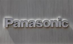 <p>Foto de archivo del logo de la firma Panasonic en una muralla de una tienda de artículos electrónicos en Tokio, abr 28 2011. Panasonic pronosticó el lunes una caída de un 11 por ciento en su ganancia operativa a 270.000 millones de yenes (3.400 millones de dólares) para el año fiscal que finaliza en marzo del 2012. REUTERS/Kim Kyung-Hoon</p>