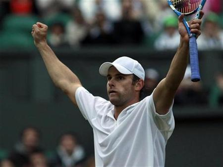 Andy Roddick celebrates after defeating Victor Hanescu of Romania at the Wimbledon tennis championships in London June 22, 2011. REUTERS/Suzanne Plunkett