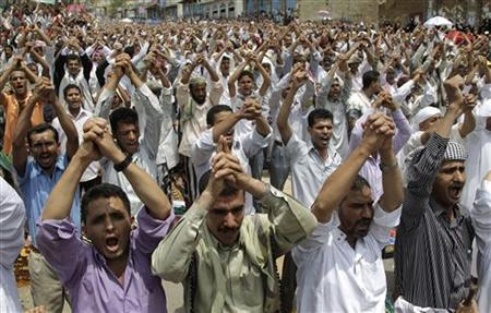 Anti-government protesters shout slogans during a rally to demand the ouster of Yemen's President Ali Abdullah Saleh in the southern city of Taiz June 24, 2011. REUTERS/Khaled Abdullah