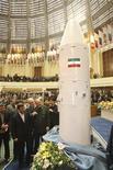 <p>Foto de archivo del presidente iraní, Mahmoud Ahmadinejad (al frente a la izquierda en la imagen), junto al satélite Kavoshgar-4 en Teherán, feb 7 2011. Irán planea enviar un mono vivo al espacio el mes próximo, el último avance de un programa espacial y de misiles que ha alarmado a Israel y sus aliados occidentales, que temen que la república islámica esté buscando fabricar armas nucleares. REUTERS/Vahidreza Alaii/Handout NOTA DE EDITOR: Reuters y otros medios extranjeros de prensa están sujetos a restricciones iraníes para dejar la oficina para reportear, filmar o tomar imágenes en Teherán. Esta imagen es para uso no comercial, ni ventas, ni archivos. Solo para uso editorial. No para su venta en marketing o campañas publicitarias. Esta imagen fue entregada por un tercero y es distribuida, exactamente como fue recibida por Reuters, como un servicio para clientes.</p>