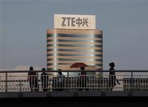 <p>Foto de archivo de un edificio de la firma ZTE en el centro industrial de Nanshan en Shenzhen, China, jun 9 2011. El fabricante chino de equipamiento para telecomunicaciones ZTE planea comenzar a producir computadores tablet en Brasil en agosto, dijo el lunes el presidente de la compañía. REUTERS/Bobby Yip</p>