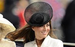 <p>La esposa del príncipe Guillermo de Gales, Kate Middelton, sonríe durante una ceremonia en Londres, jun 11 2011. La esposa del príncipe Guillermo de Gales, Kate Middelton, es pariente lejana de la escritora inglesa Jane Austen, dijo la página web de genealogía Ancestry.com el martes. REUTERS/Dylan Martinez</p>