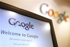 <p>Foto de archivo del logo de Google visto desde un ordenador en la sede de la firma en Hong Kong, ene 14 2010. Google Inc, frustrado por una serie de intentos fallidos para entrar a las redes sociales, está intentando dar un golpe para defenderse de Facebook y otros sitios de redes sociales con un nuevo servicio llamado Google Plus. REUTERS/Tyrone Siu</p>