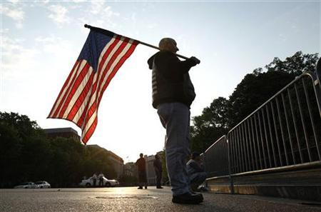 Dan Parker of Shamokin, Pennsylvania, holds a U.S. flag outside the White House in Washington May 2, 2011. REUTERS/Kevin Lamarque