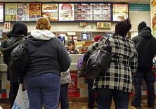 <p>People line up to buy food at a fast food restaurant in Harlem in New York December 16, 2009. REUTERS/Finbarr O'Reilly</p>