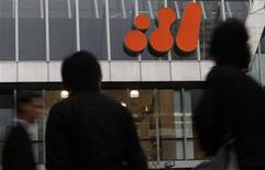 <p>Pedestrians walk past the head office of BHP Billiton in central Melbourne September 22, 2010. REUTERS/Mick Tsikas</p>