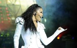 """<p>La cantante Janet Jackson durante su gira """"Number Ones - Up Close and Personal"""" en el Royal Albert Hall de Londres, jun 30 2011. Jackson revivió el espíritu de su fallecido hermano Michael sobre el escenario con un dúo virtual, dos años después de la muerte del rey del pop. REUTERS/Dylan Martinez</p>"""