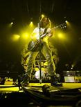 <p>Chris Cornell de Soundgarden en su concierto de reunificación en Toronto REUTERS/Mark Blinch</p>