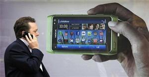 <p>Le modèle phare de Nokia, le N8. Le groupe finlandais a réduit le prix de ses smartphones depuis début juillet afin d'endiguer le recul de sa part de marché dans les téléphones cellulaires haut de gamme, selon deux sources du secteur. /Photo d'archives/REUTERS/Luke MacGregor</p>