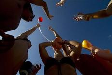 <p>U.S. students on their Spring Break enjoy drinks at a beach in Cancun March 8, 2011. REUTERS/Gerardo Garcia</p>