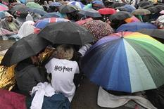 "<p>Harry Potter fans huddle under umbrellas during a downpour as they wait in Trafalgar Square for the world premiere of ""Harry Potter and The Deathly Hallows Part 2"", in London July 6, 2011. REUTERS/Suzanne Plunkett</p>"