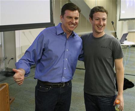 Skype-Chef Tony Bates (l.) und Facebooks Chef Mark Zuckerberg pam 6. Juli 2011 in Palo Alto/Kalifornien. REUTERS/Norbert von der Groeben
